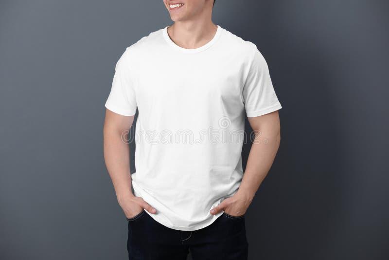 Ung man i den vita t-skjortan på royaltyfria foton
