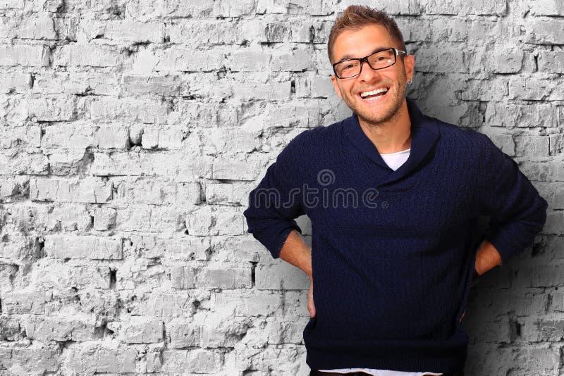 Ung man i en blå tröja arkivbild