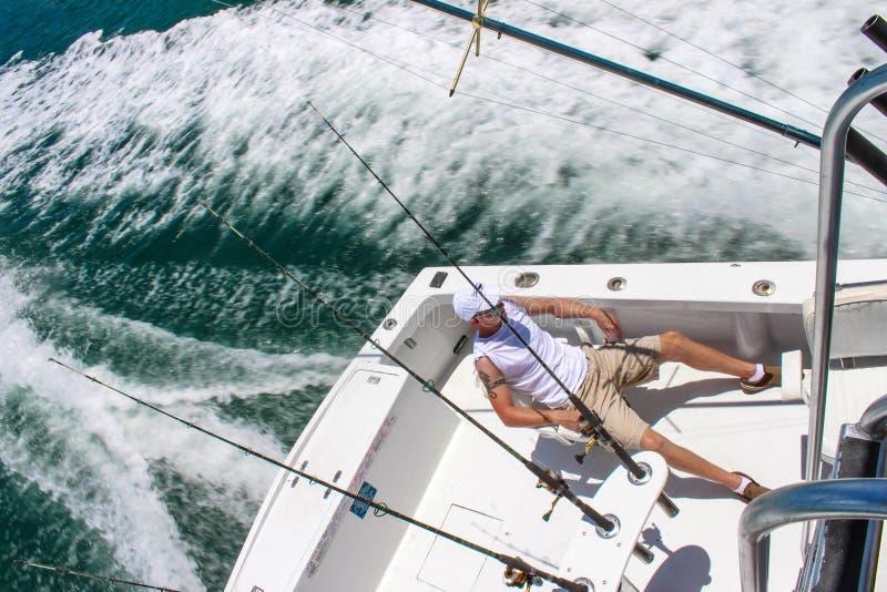 Ung man i fiskebåt för djupt hav av Key West Florida USA circa Juli 2010 royaltyfri foto