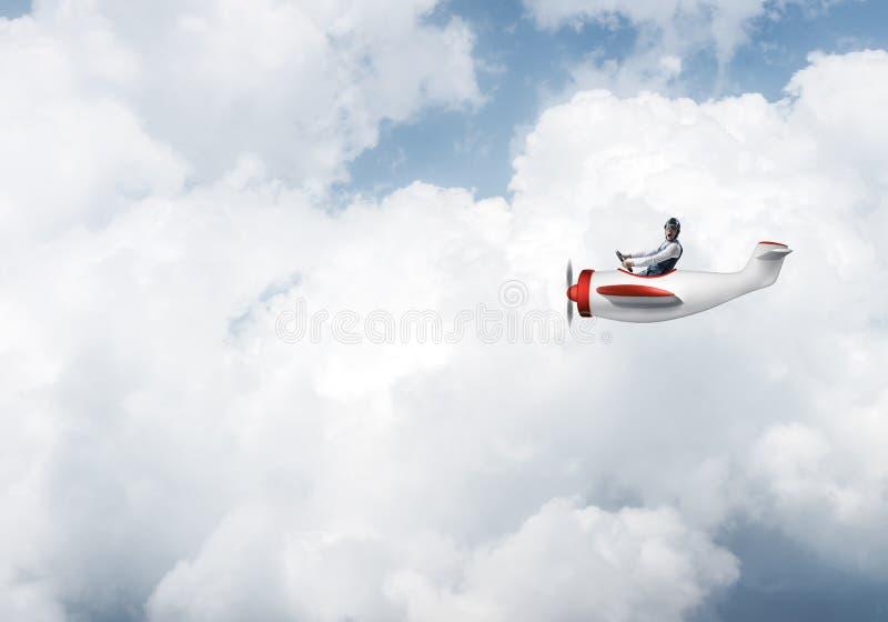 Ung man i flygarehatt med skyddsglas?gon royaltyfri fotografi