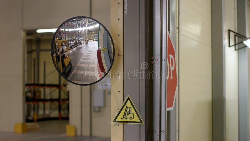 Ung man i funktionsduglig kläder, chaufförReachtruck upptaget arbete på logistiklagerlagret Man som kör en gaffeltruck arkivbild