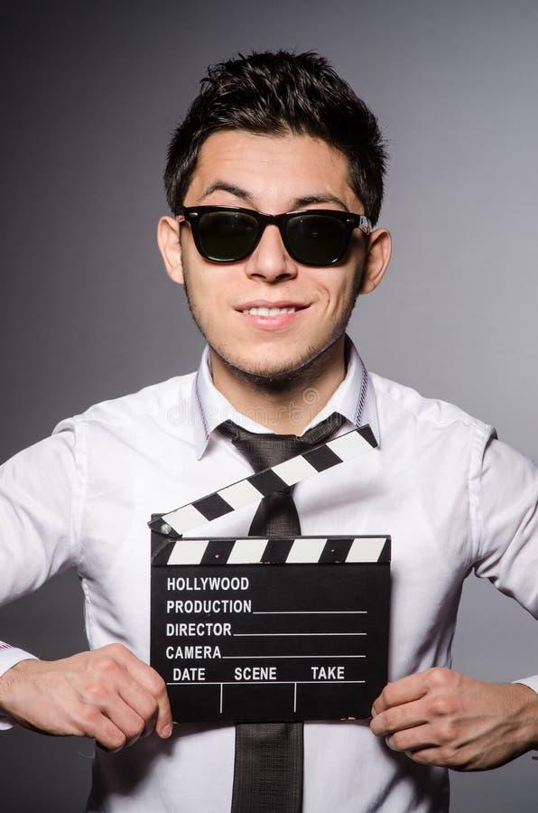 Ung man i kall solglasögon som rymmer den svart tavlan royaltyfria foton