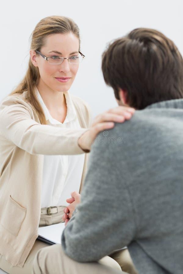 Ung man i möte med en psykolog arkivfoton