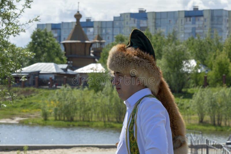 Ung man i nationell Bashkir huvudbonad för rävpäls royaltyfria bilder