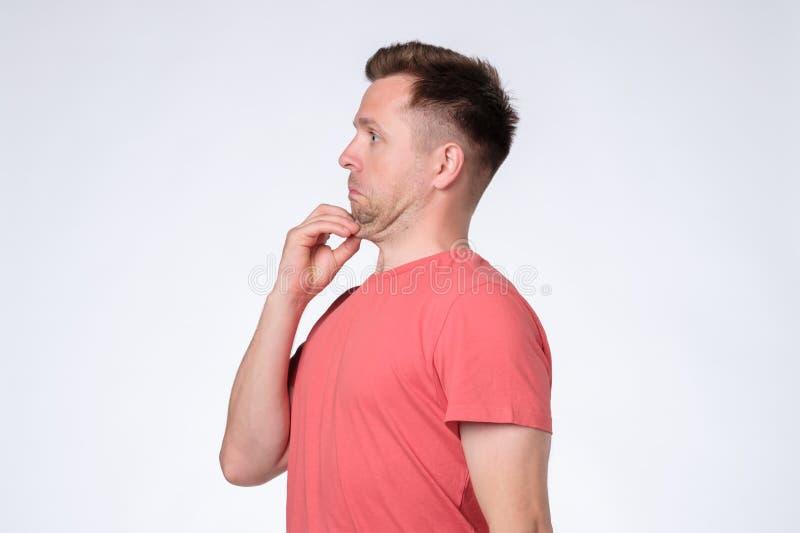 Ung man i röd t-skjorta med en dubbelhaka arkivfoto