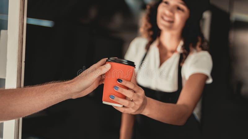 Ung man i skjortaköpandekaffe i matlastbil Promenad i stad field treen Grabb i rutig skjorta Gatamatbegrepp Kopp av arkivfoto