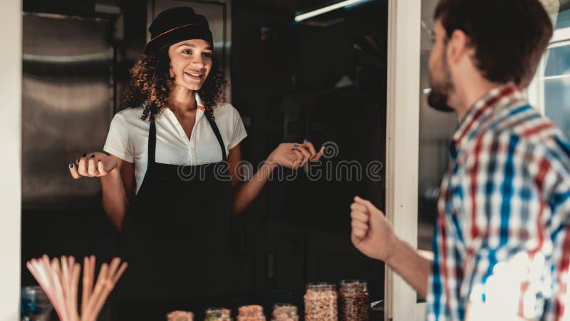 Ung man i skjortaköpandekaffe i matlastbil Promenad i stad field treen Grabb i rutig skjorta Gatamatbegrepp Kopp av royaltyfri fotografi