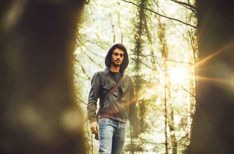 Ung man i skogen arkivfoto
