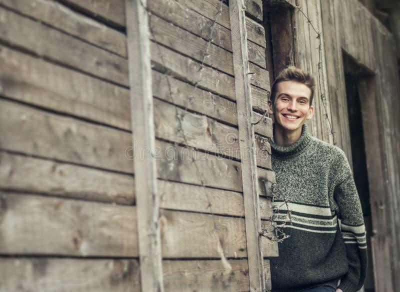 Ung man i utomhus- stående för by royaltyfria bilder