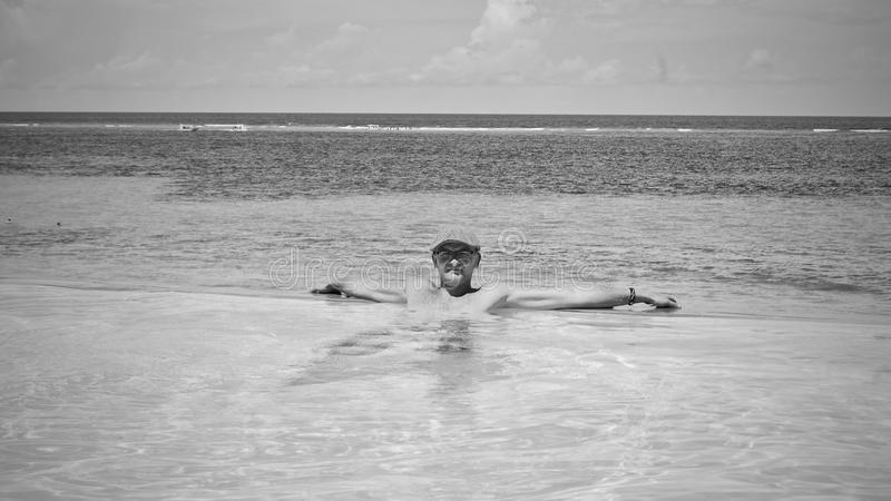 Ung man i vattnet arkivbild