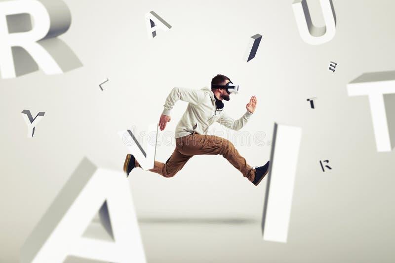 Ung man i virtuell verklighetexponeringsglas som kör mellan bokstäver 3d royaltyfri foto