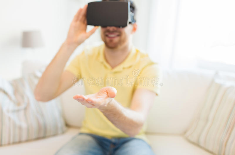Ung man i virtuell verklighethörlurar med mikrofon eller exponeringsglas 3d royaltyfri bild