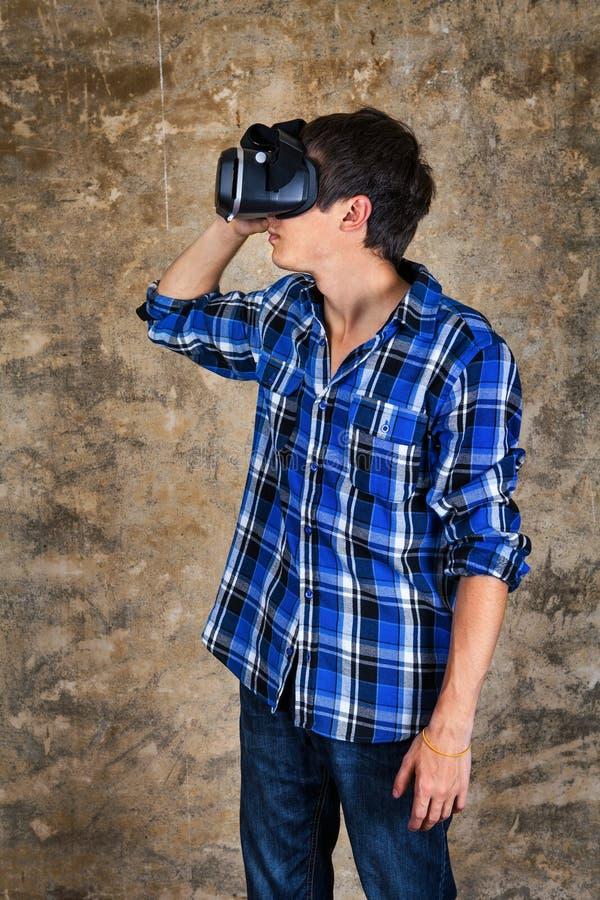 Ung man i VR-exponeringsglas fotografering för bildbyråer