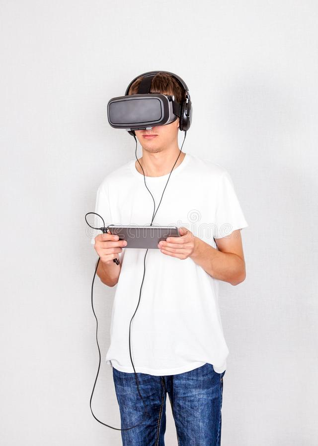 Ung man i VR-exponeringsglas arkivfoton