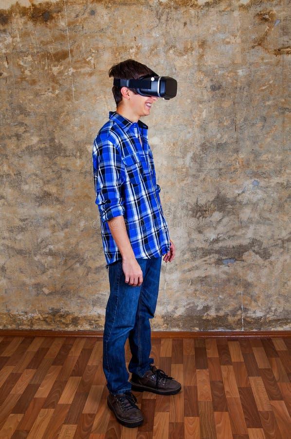 Ung man i VR-exponeringsglas arkivfoto