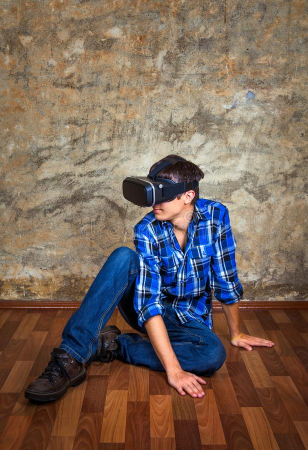 Ung man i VR-exponeringsglas royaltyfri bild