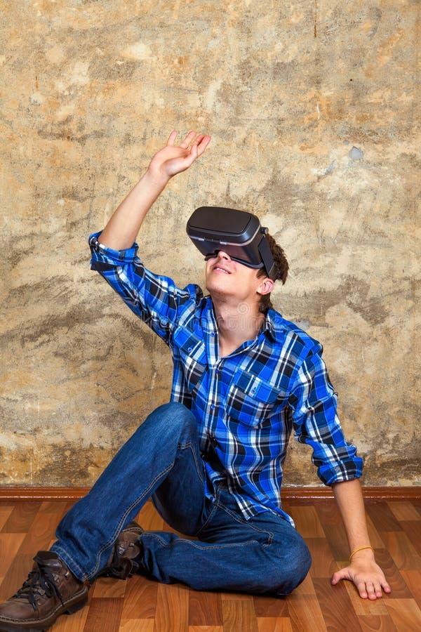 Ung man i VR-exponeringsglas royaltyfria bilder