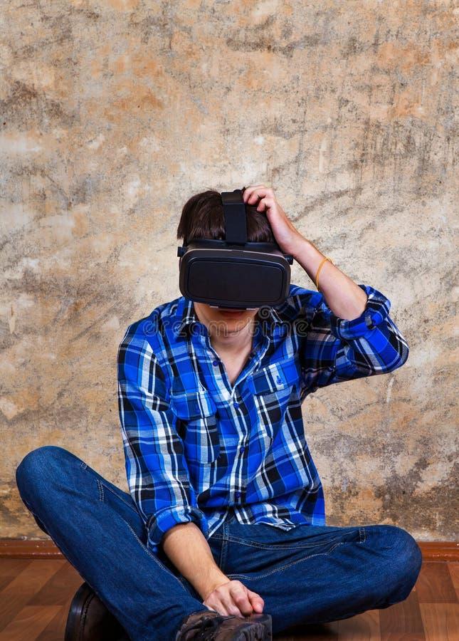Ung man i VR-exponeringsglas royaltyfria foton