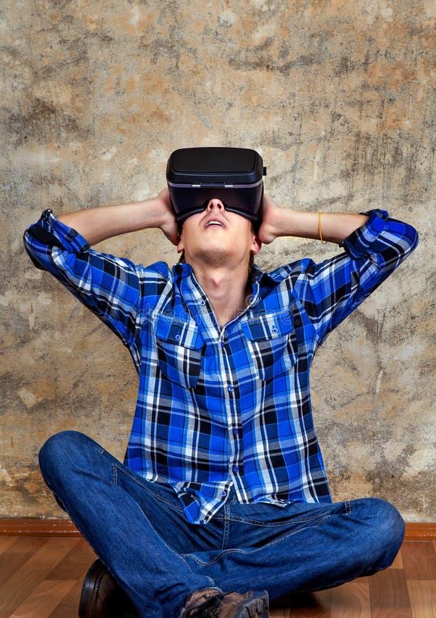 Ung man i VR-exponeringsglas royaltyfri foto