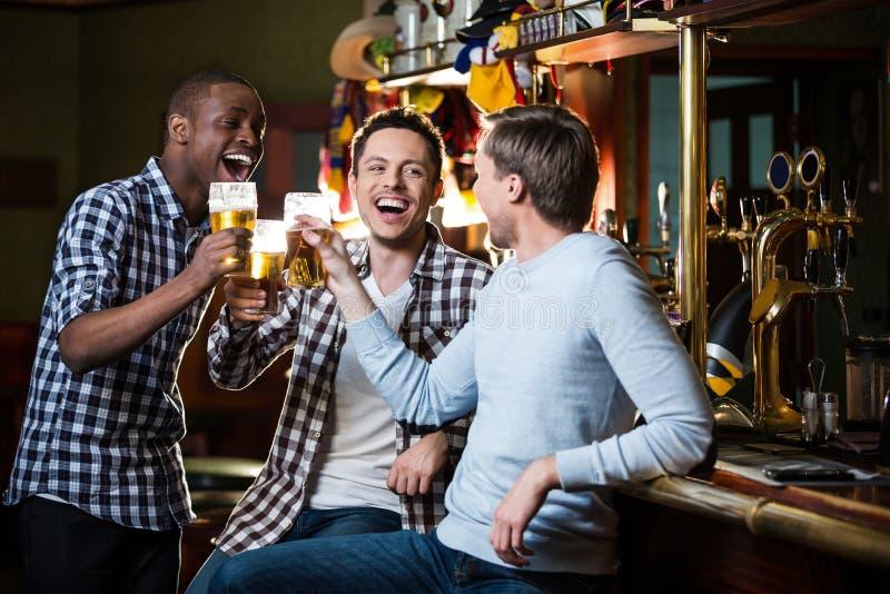 Ung man med öl royaltyfri foto