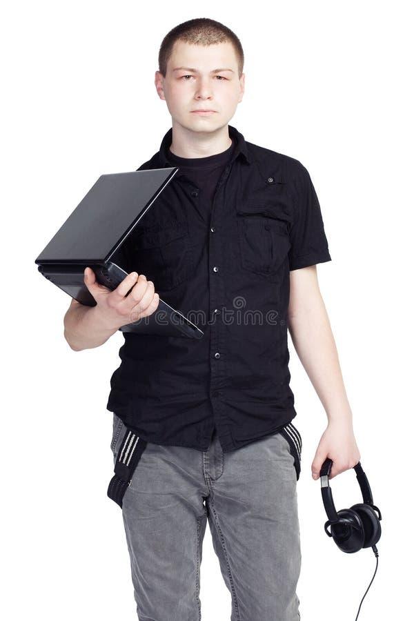 Ung man med anteckningsboken och hörlurar på vit bakgrund royaltyfria bilder