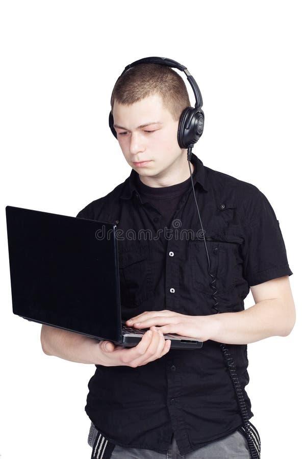 Ung man med anteckningsboken och hörlurar på vit bakgrund royaltyfri fotografi