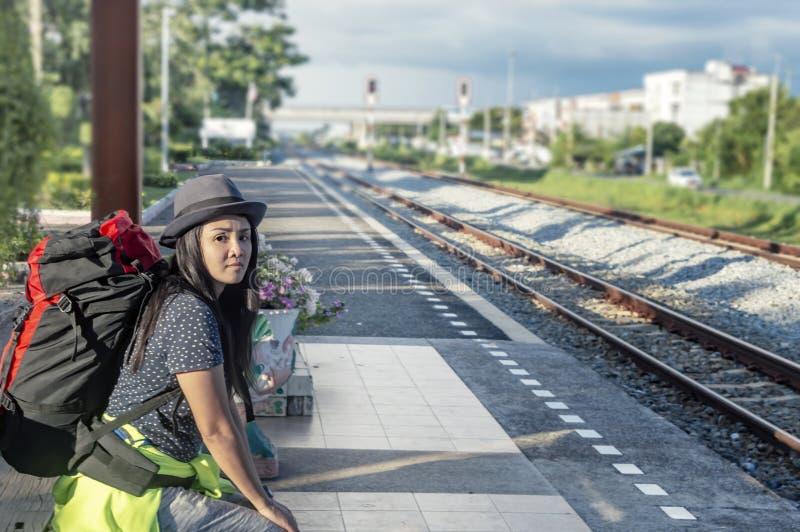 Ung man med att vänta på för ryggsäck som är nästa drevstationen royaltyfri fotografi