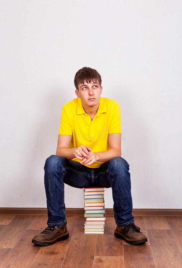 Ung man med böcker arkivbilder