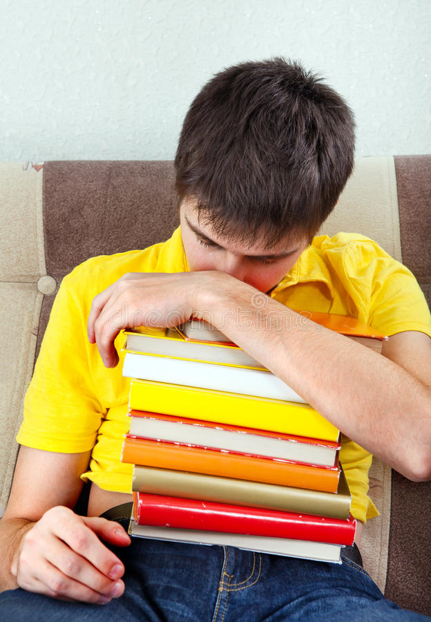 Ung man med böcker arkivfoton