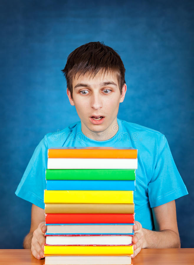 Ung man med böckerna fotografering för bildbyråer