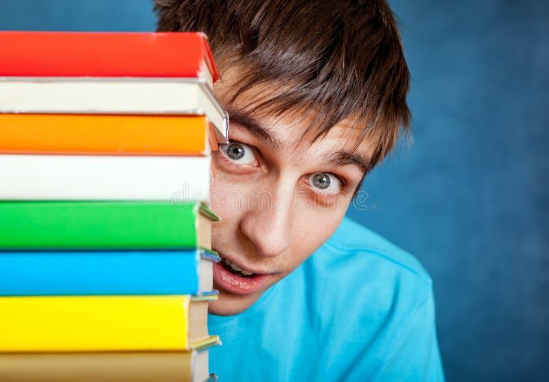 Ung man med böckerna arkivfoto
