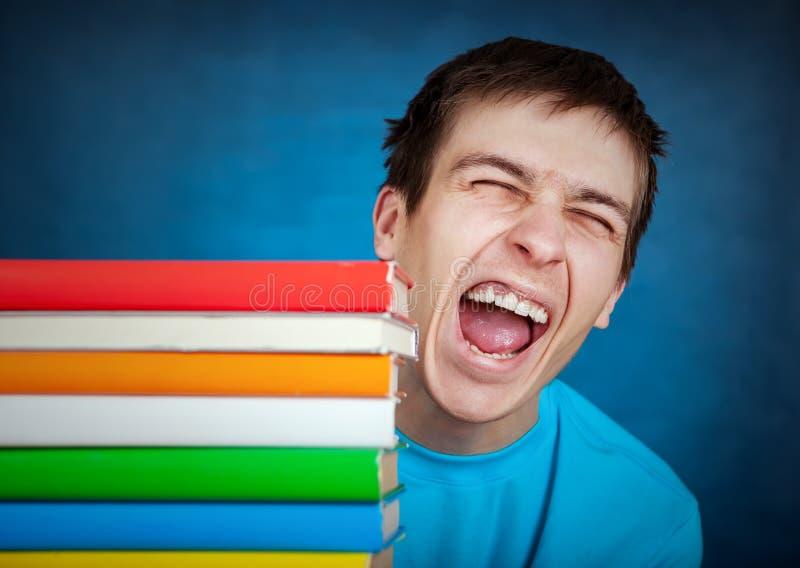Ung man med böckerna royaltyfri bild