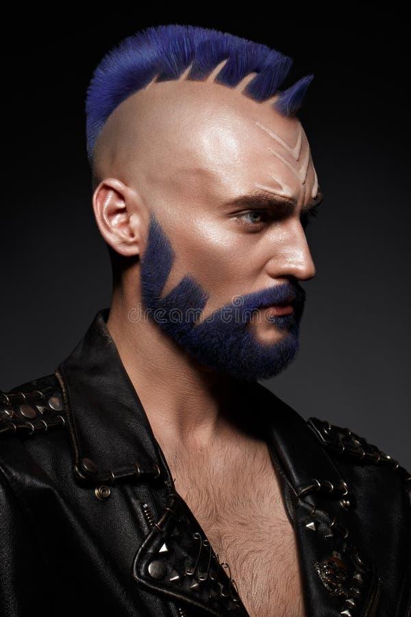 Ung man med blått hår och idérik makeup och hår arkivfoton