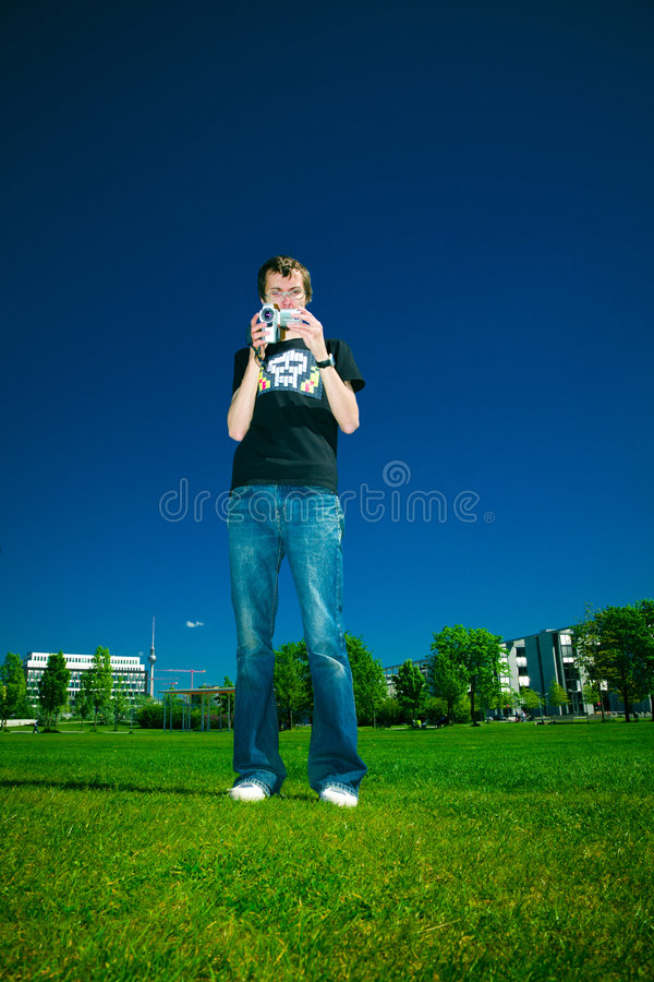 Ung man med camcorderen royaltyfria bilder