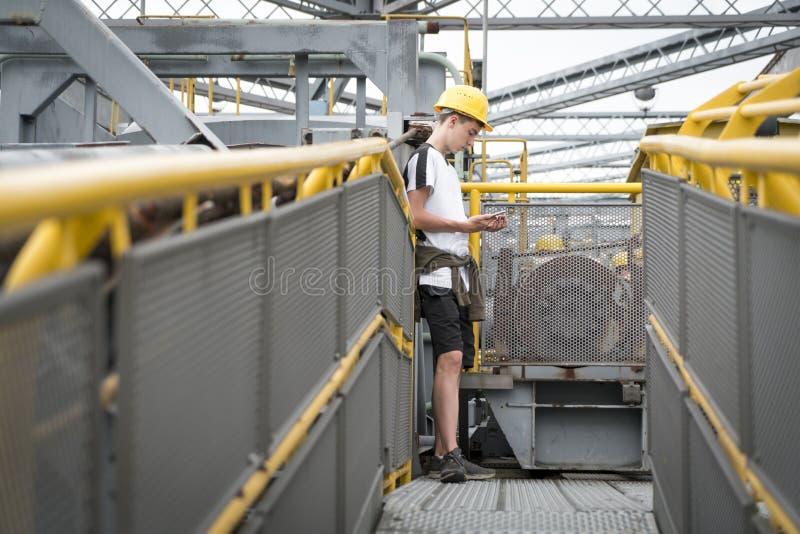 Ung man med den gula hårda hatten arkivbild