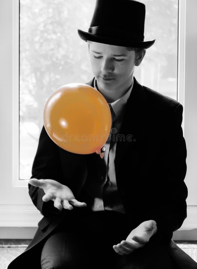 Ung man med den orange ballongen arkivfoto
