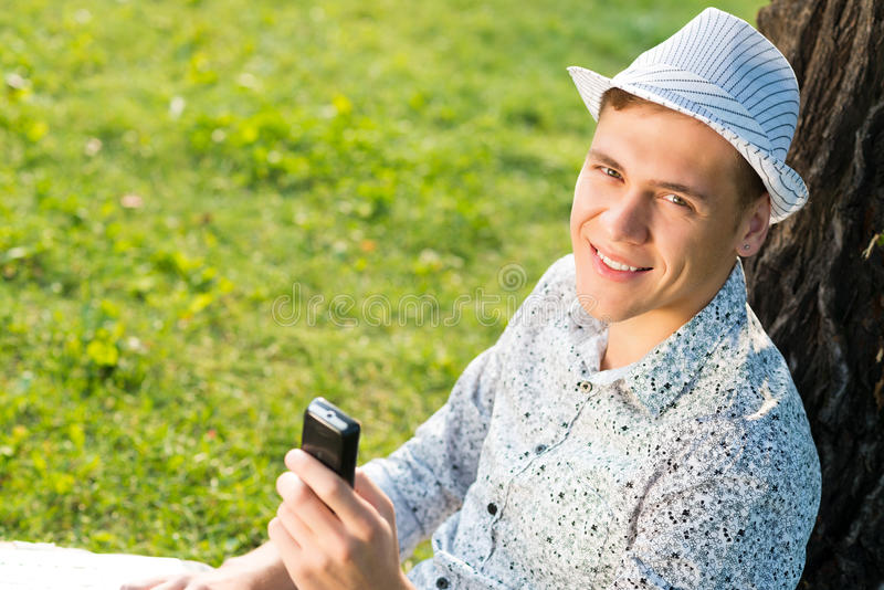 Ung man med en mobiltelefon arkivbilder