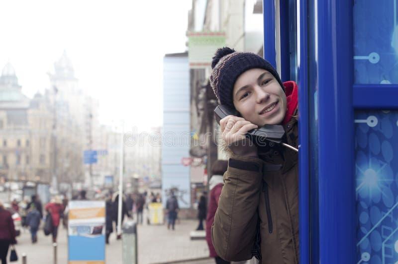 Ung man med en telefonmottagare i hand royaltyfri foto