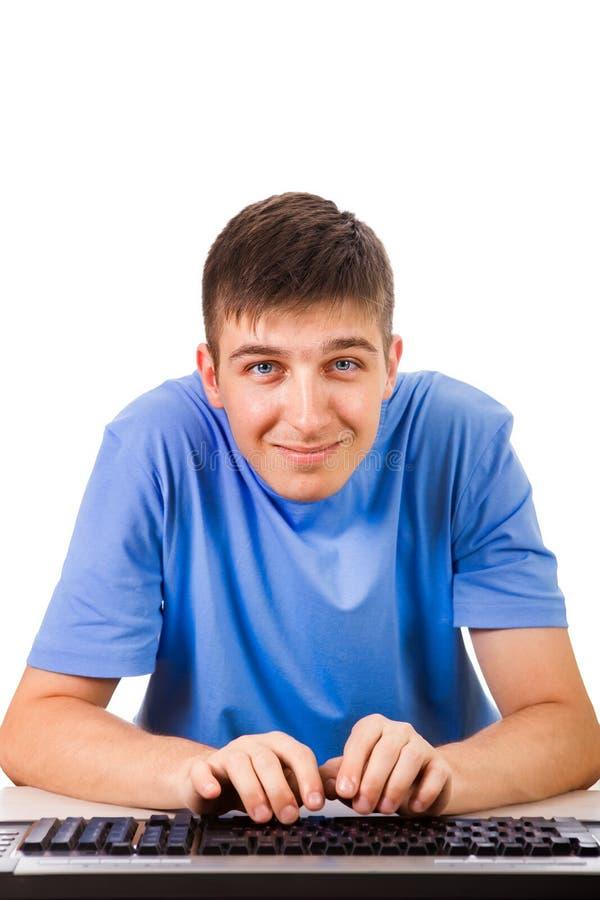 Ung man med ett tangentbord royaltyfri fotografi