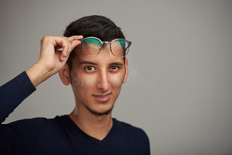 Ung man med exponeringsglas på pannan royaltyfri foto