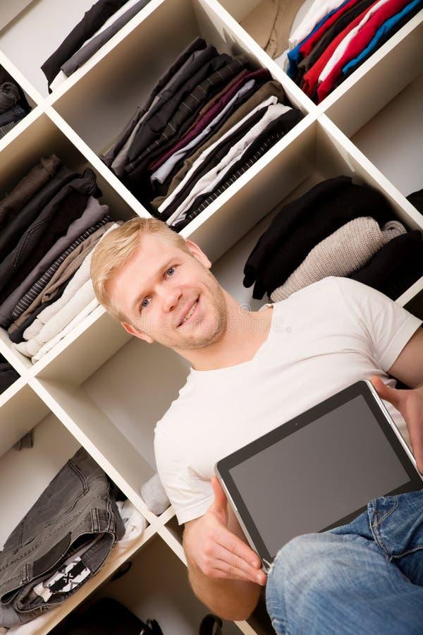 Ung man med hans garderob royaltyfri fotografi