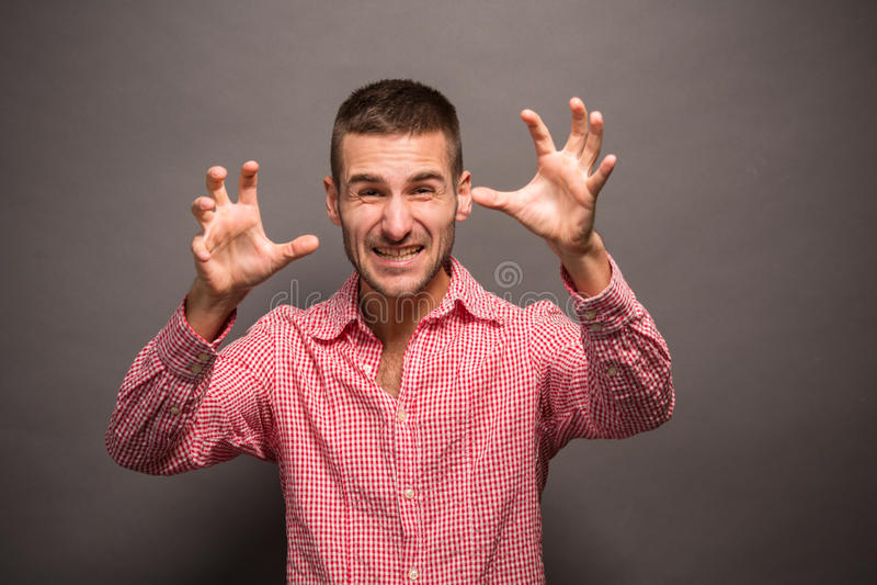Ung man med hans händer i luft royaltyfri fotografi