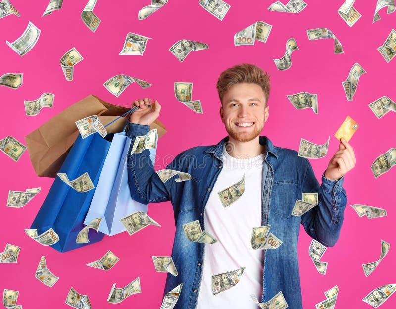 Ung man med kreditkort- och shoppingp?sar Spendera pengar royaltyfria bilder