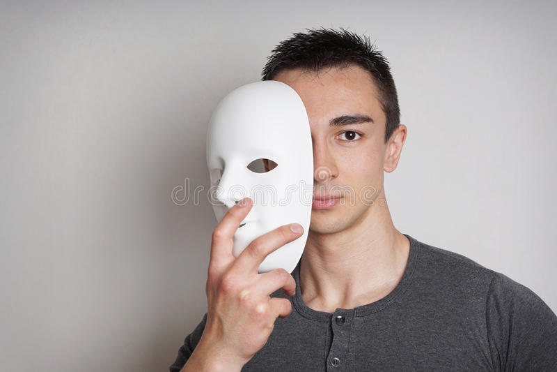 Ung man med maskeringen arkivfoto