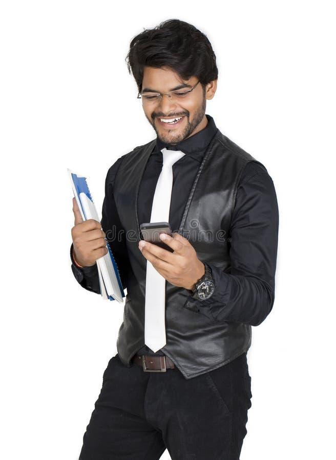 Ung man med mobilen arkivfoton