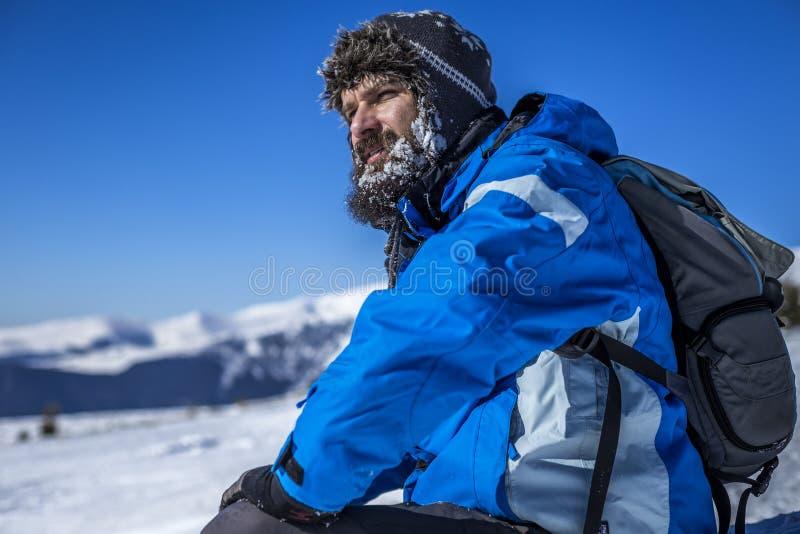 Ung man med skägget som vilar under klättringen fotografering för bildbyråer