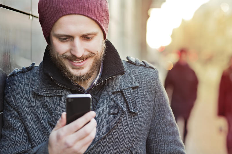 Ung man med smartphonen royaltyfri fotografi