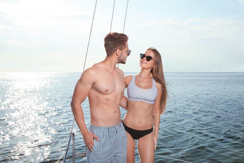 Ung man och hans härliga flickvän i bikini royaltyfria foton
