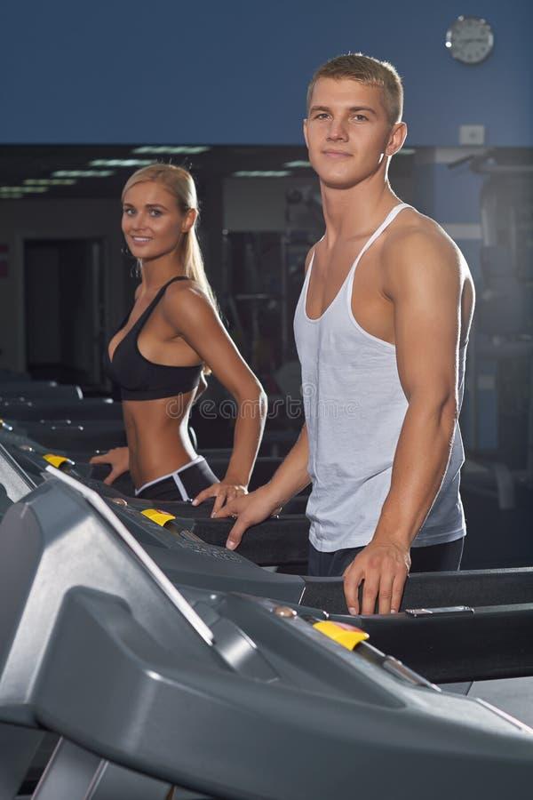Ung man och kvinna i idrottshallen arkivbild