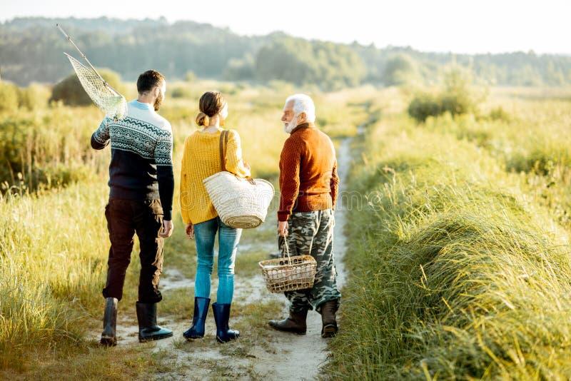 Ung man och kvinna med den höga farfadern som utomhus går arkivfoton